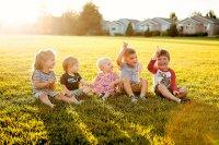 Dzieci siedzące na łące